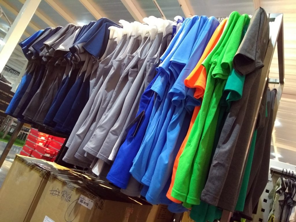clothes-store-t-shirt-rack